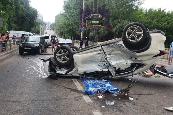 Водителя и пассажира вытащили из перевёрнутой машины и отправили в больницу