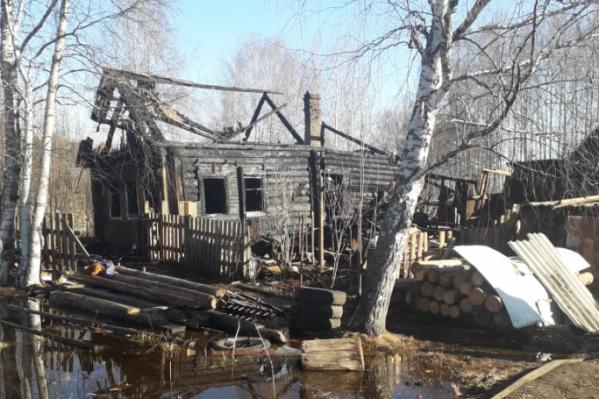 Дом, в котором находились четверо детей, сгорел почти полностью