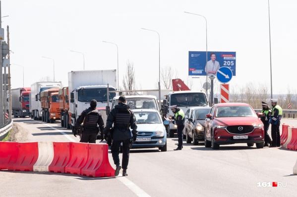 Патрульные третий день разворачивают некоторых водителей на въездах в Ростов