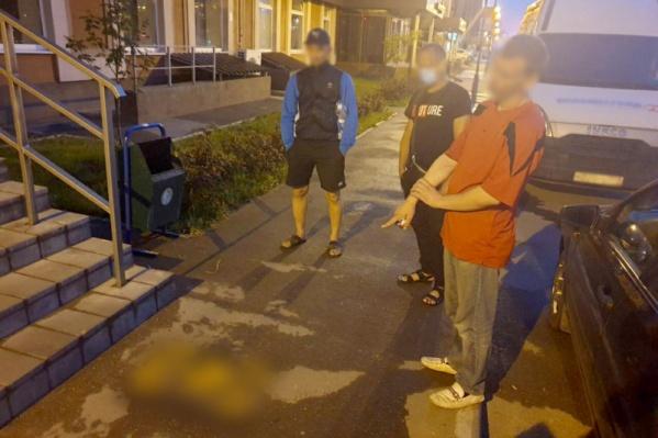 Мужчина наносил запрещенные изображения прямо на асфальт рядом с жилыми домами