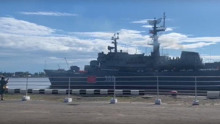 Под звуки оркестра: Архангельск проводил учебный корабль «Смольный» — видео