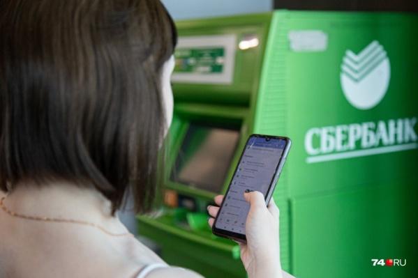 Чаще всего мошенники представляются сотрудниками банка и предупреждают жертву о попытке списания денег с карты