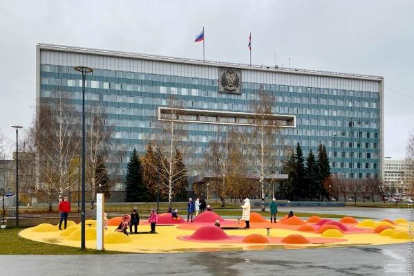 Урбанист заметил, что между зданием правительства и зоной для прогулок нет никаких заборов