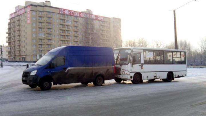 В Ярославле пассажирский автобус врезался в машину «Почты России»