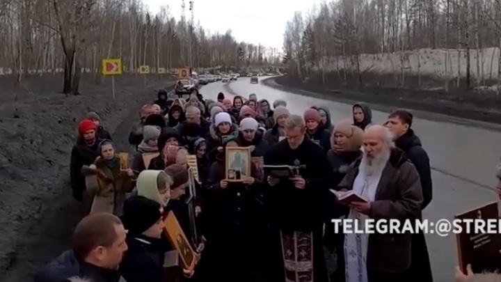 Верующие провели крестный ход против коронавируса в Ачинске