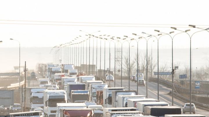 На трассе М-4 столкнулись два грузовика, под Ростовом возникла многокилометровая пробка
