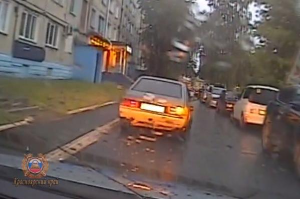 Парень не придумал ничего лучше, как выйти на ходу, причём на глазах у полиции