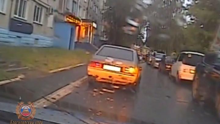 В Ачинске водитель выскочил из машины на ходу, чтобы сбежать от полиции