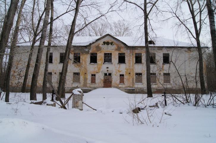 Сейчас многие здания в Новоалександровке выглядят так. К примеру, в этом, как утверждают старожилы, была школа, потом поликлиника, а затем гинекологическая больница