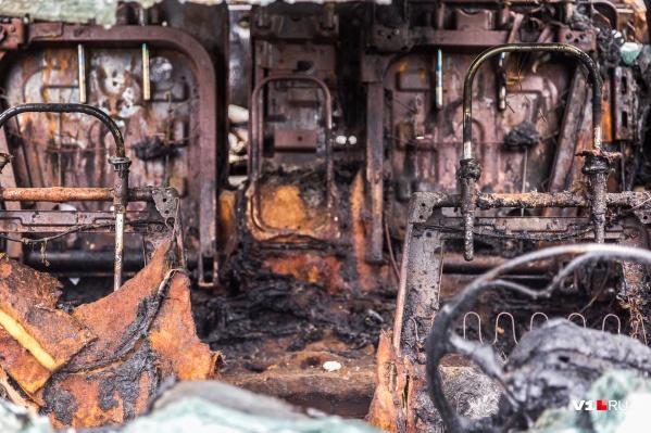 Машина полностью уничтожена пламенем