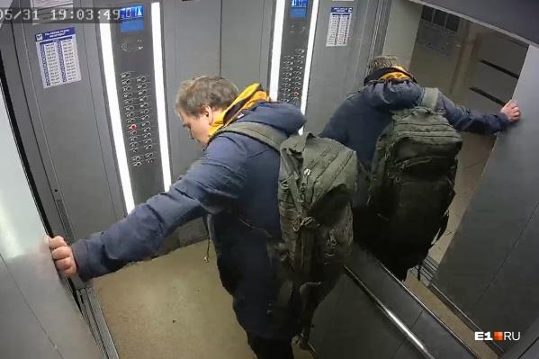 Владимир держится за стену лифта, будто пытаясь отдышаться