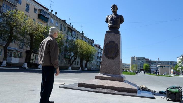 На Аллее Славы в Кургане установили памятник герою Великой Отечественной войны Максиму Захарову
