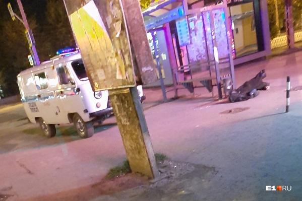 На Уралмаше рядом с остановкой на улицеМашиностроителей обнаружили труп мужчины