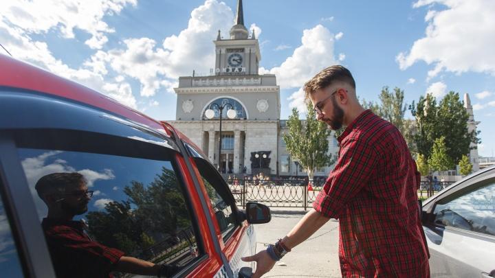 «Просят пожарить шашлыки или отвезти гроб тестю»: волгоградские таксисты — о работе во время пандемии