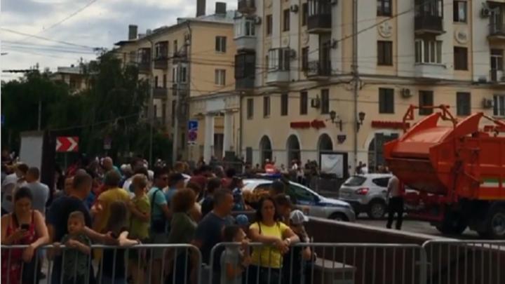 Сотни волгоградцев не пустили на парад для элиты: смотрим впечатления горожан
