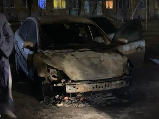На Уралмаше сгорел Ford Focus, жильцы видели убегающего поджигателя
