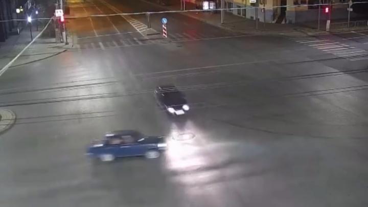 Проскочил на красный: жуткое ДТП на пустом перекрестке попало на видео