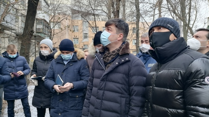 Логвиненко пообещал жильцам дома в Кривошлыковском переулке остановить принудительное выселение