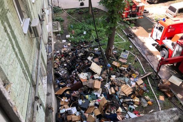 Чтобы попасть в квартиру, пожарным пришлось выбрасывать весь хлам из квартиры