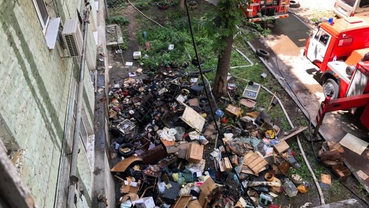 Пожарные продирались сквозь горы мусора: в захламленной квартире погиб человек