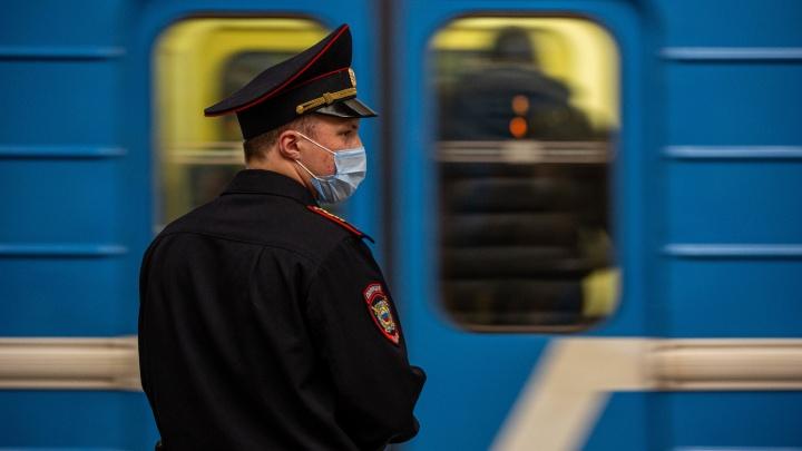 В новосибирском метро девушка бегала по рельсам, а после спасения билась головой о поезд