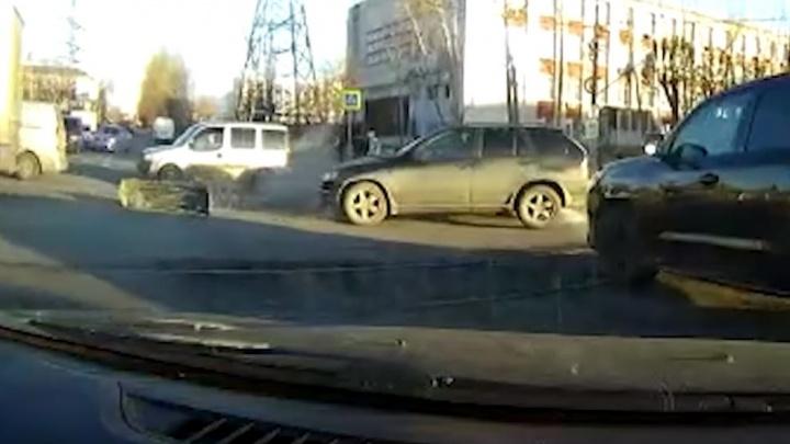Дорожное видео недели: жесткое ДТП на проклятом перекрестке и свадебный кортеж из тягачей