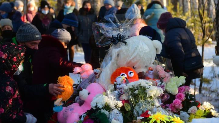 Несли цветы и игрушки: в Асбесте простились с погибшей школьницей