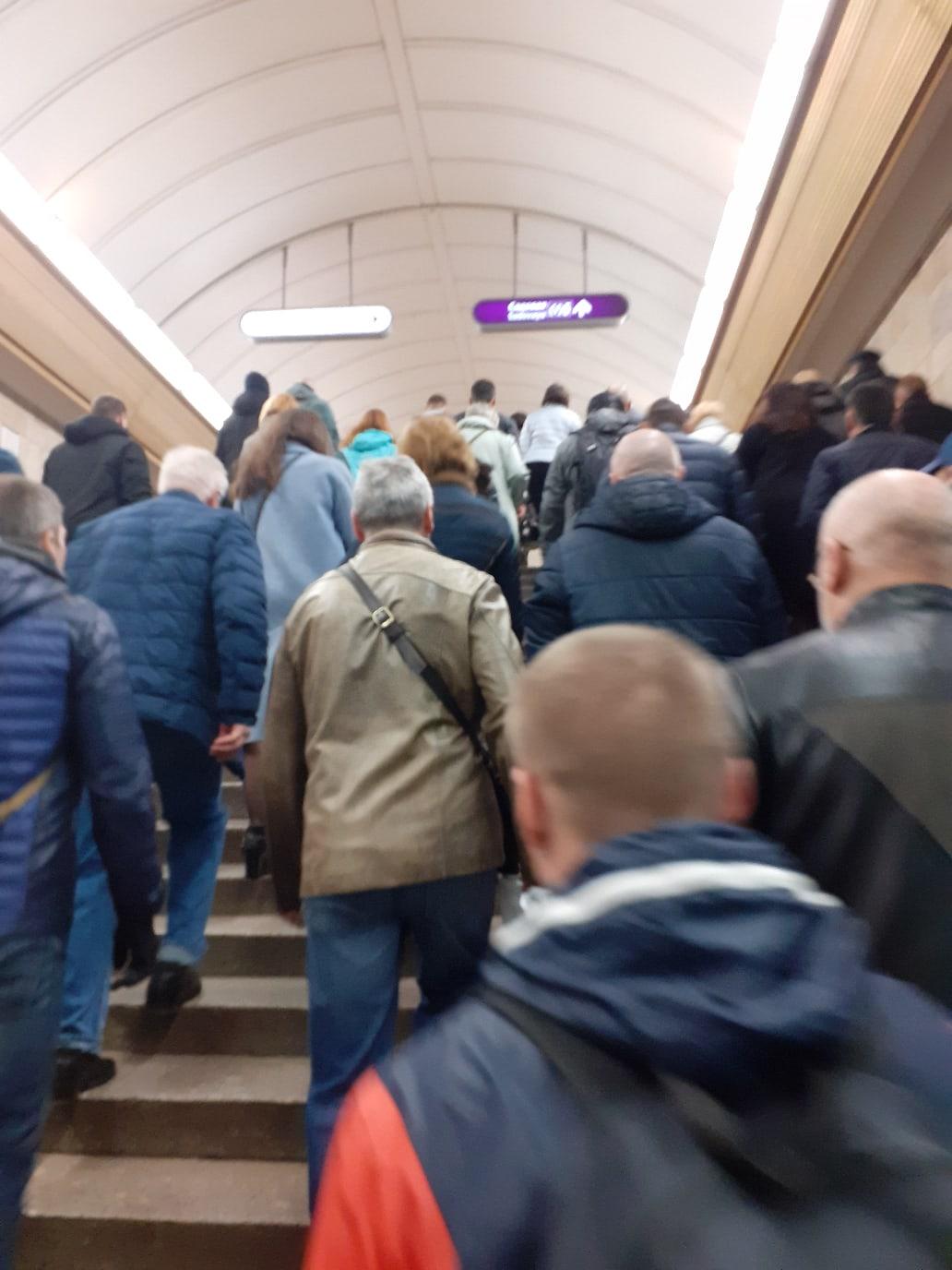 Переход между «Садовой» и «Сенной площадью», 8 часов 20 минут.