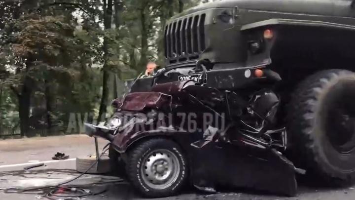 Легковушку расплющило: в Ярославской области произошло ДТП с военными грузовиками. Видео