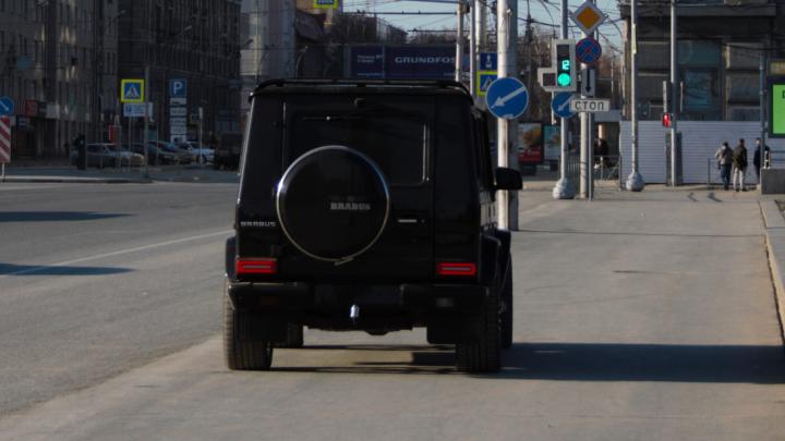 Чудаки недели: чёрный «Гелик» встал прямо на площади Ленина — завидуйте молча