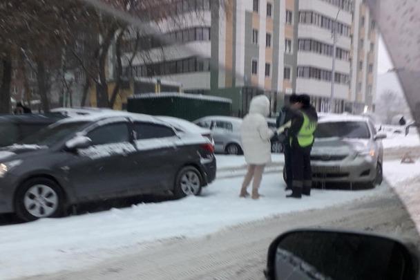 «Водители сидят в машинах уже 6 часов»: из-за снегопада новосибирцы не могут дождаться ДПС