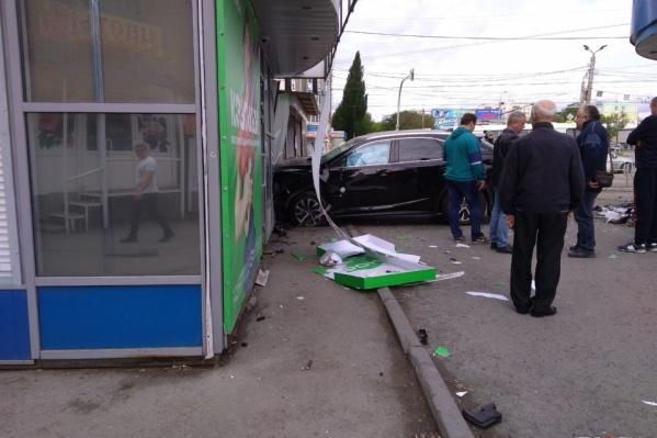 Lexus вылетел на тротуар и протаранил киоск