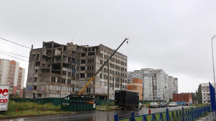 «Не исключена многоэтажка»: в Брагино разбирают недостроенную поликлинику, простоявшую почти 30 лет