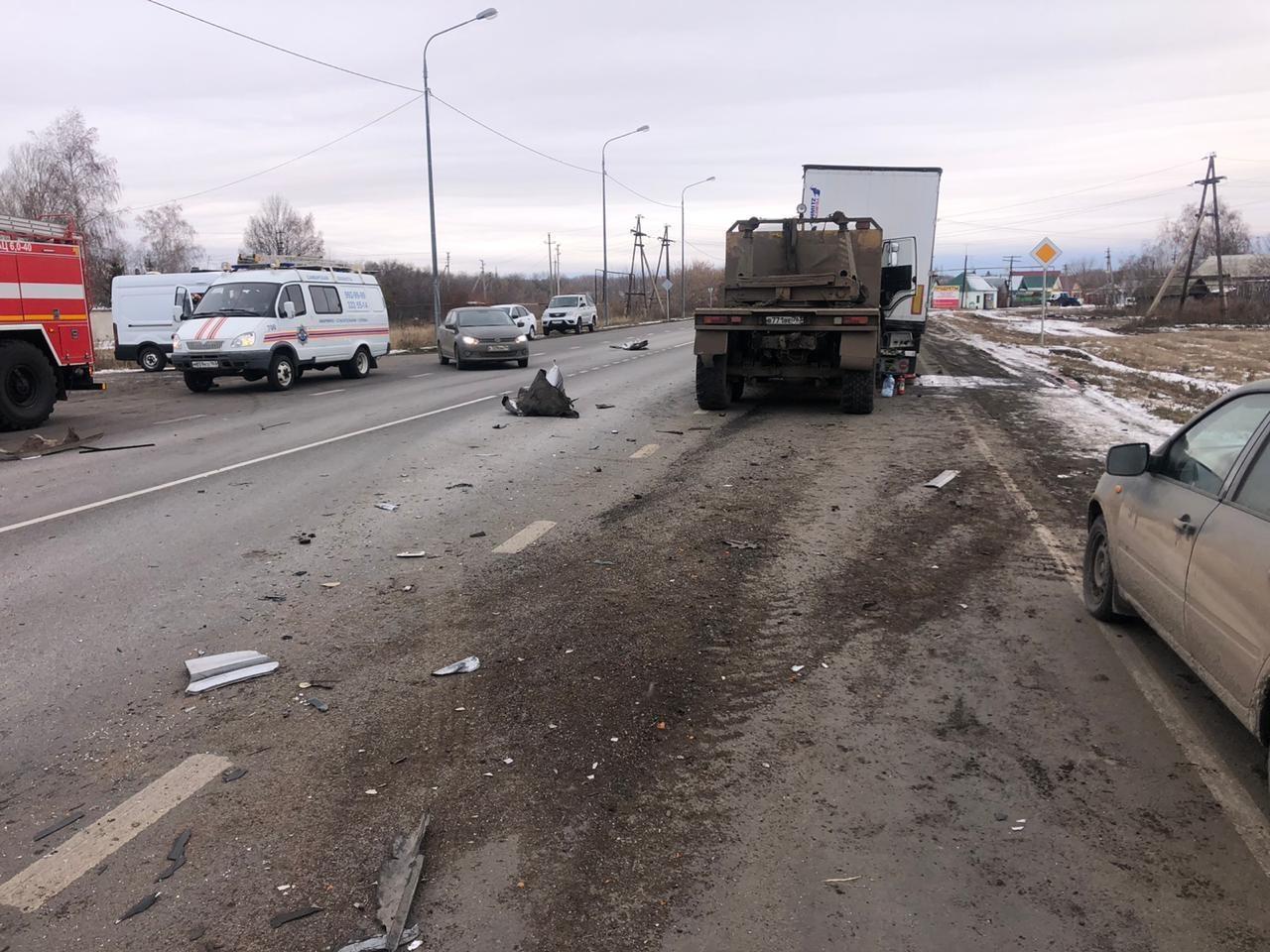 Обломки машины раскидало по дороге