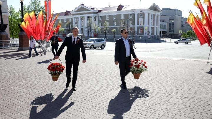 Губернатор Вадим Шумков возложил цветы к памятникам, посвящённым Великой Отечественной войне