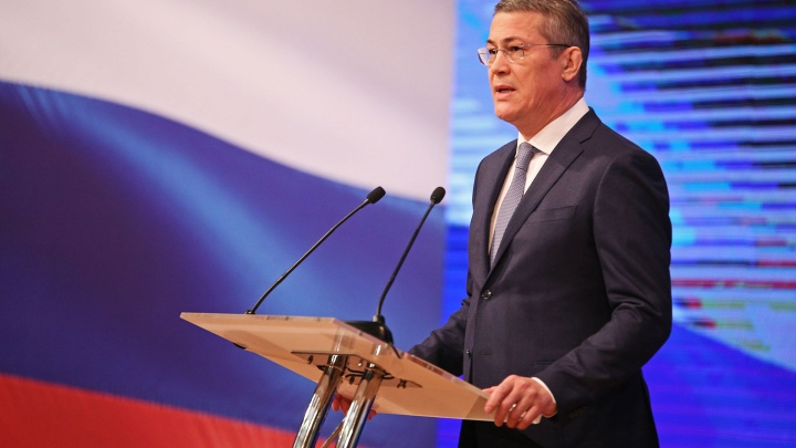 Хабиров вручил сельским учителям 150 грантов по 690 тысяч рублей