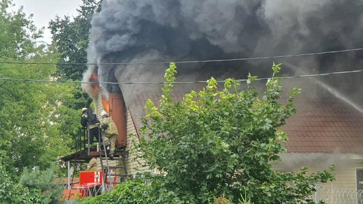 Пожарные выбивали стёкла: в Ярославле сгорело здание МВД