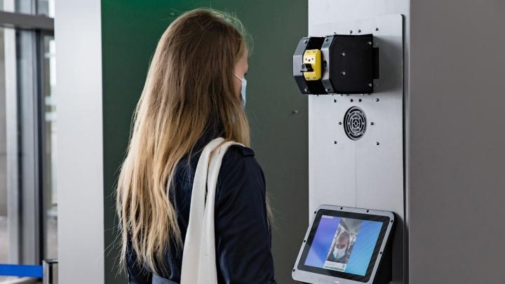 В пермском аэропорту температуру пассажиров измеряет робот