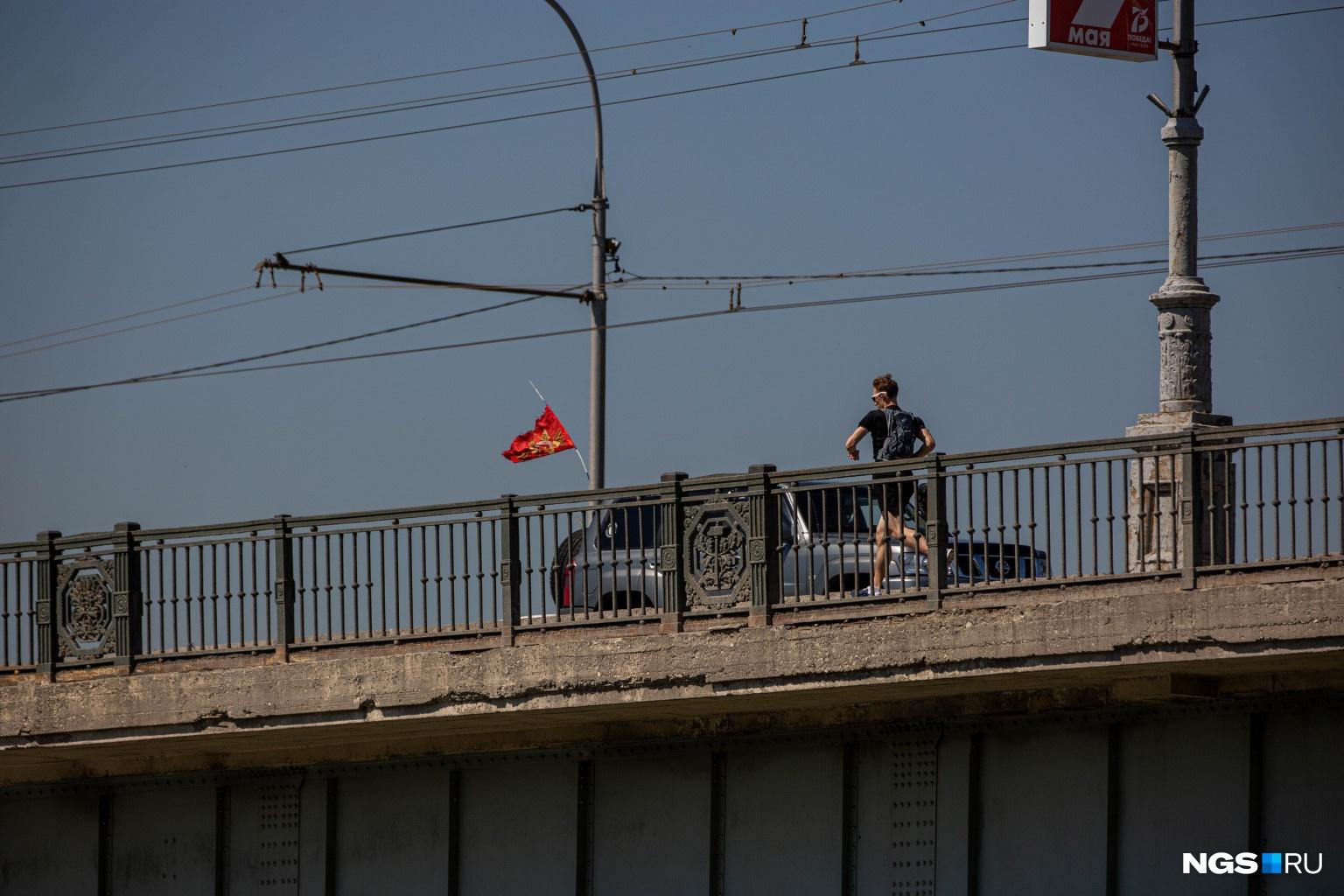 Выходные дни порадовали новосибирцев тёплой погодой — поэтому многие отправились гулять