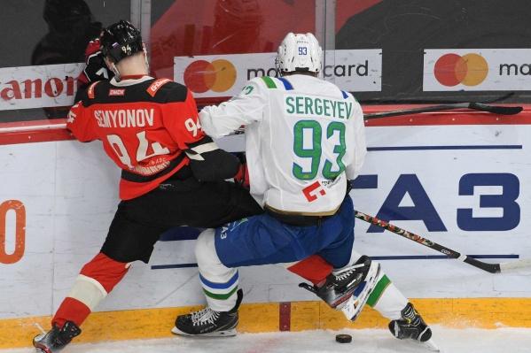Кирилл Семёнов показывает Артёму Сергееву, что он лучше умеет играть в футбол