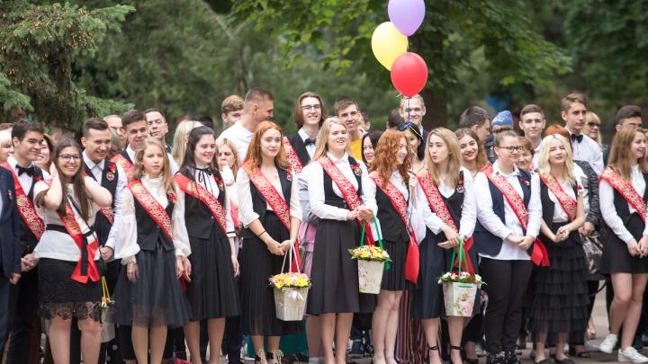 Ростовские школьники начали сдавать самый массовый экзамен ЕГЭ на 15 тысяч человек
