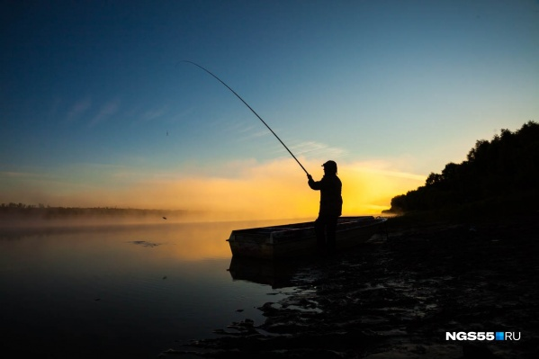 Мужчина рыбачил на берегу озера, когда его осыпало дробью