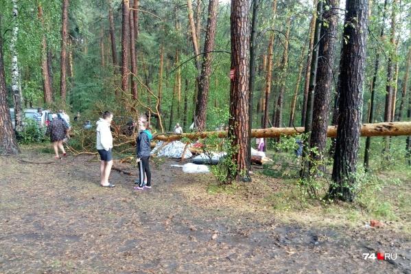 Отдыхающие на берегу Тургояка, сидевшие в палатках и рядом с ними, чудом не пострадали