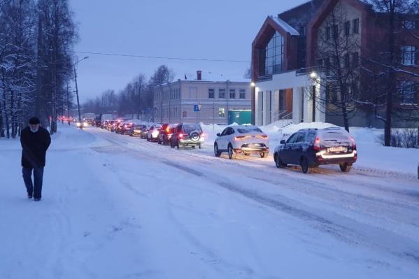 Пробка затронула Никольский проспект и Советскую улицу, а также выезды со дворов