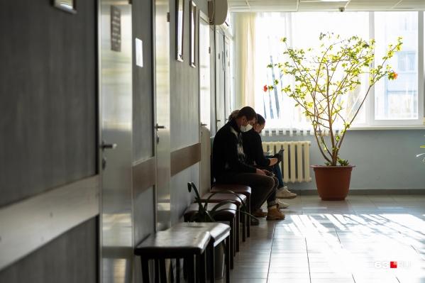 Чтобы не запускать простуду, специалисты рекомендуют при первых признаках недомогания обращаться в поликлинику