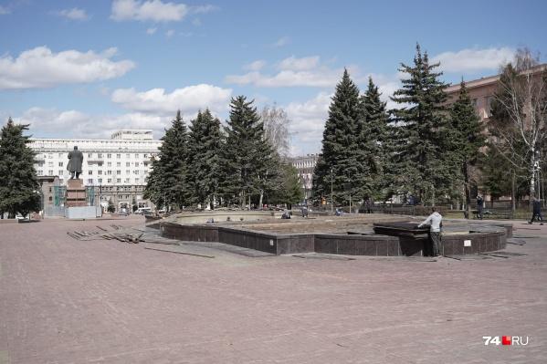Глава района Владислав Макаров попросил скейтбордистов не портить короб и сам фонтан. Катание там может быть опасно и для собственного здоровья