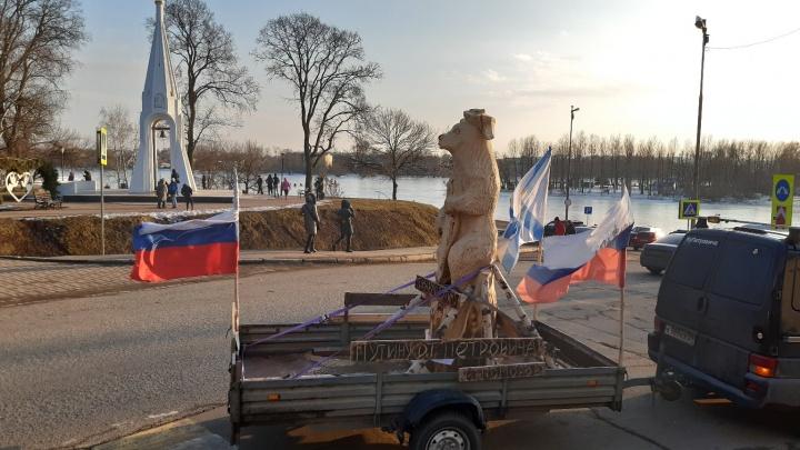 «Встретили радушно»: через Ярославль провезли деревянного медведя для Путина