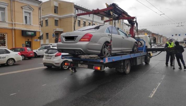 «Накупили себе вёдер»: ярославцы спорят из-за эвакуации машин нарушителей парковки