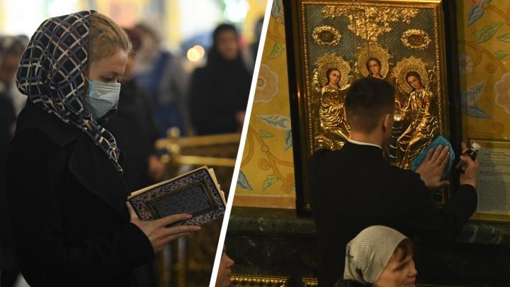 Коронавирус — не самое страшное: репортаж о верующих, которые продолжают ходить в храмы в карантин