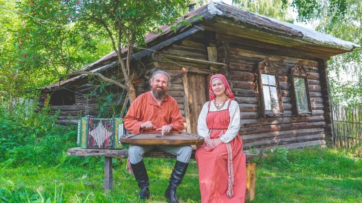 Шьют народную одежду и ткут на станке: пермяки переехали из города в деревню и ведут старинный русский быт